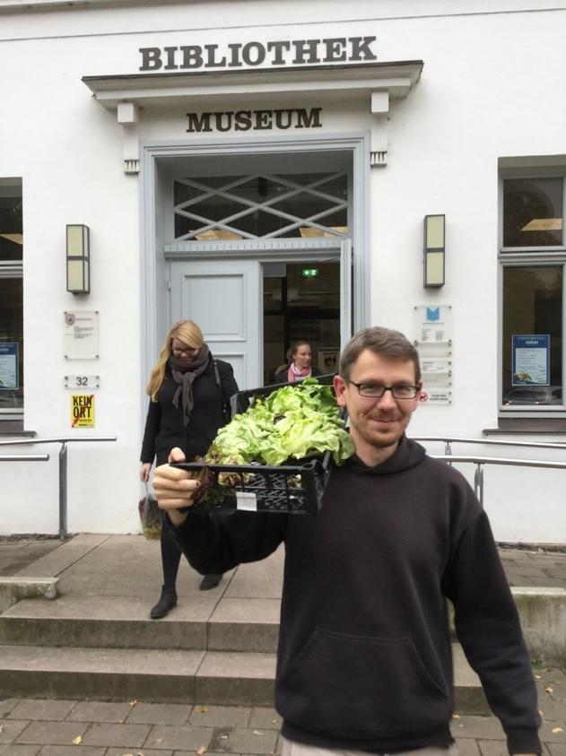 Mann mit Salat vor Stadtbibliothek Bad Oldesloe
